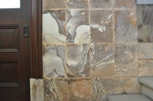 諏訪湖畔にある「片倉館」の旧事務所入口の天草石の腰壁。まるでアンフォルメルの絵画のよう。