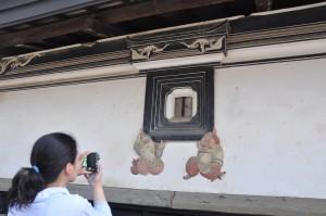 茅野市の土蔵で見た鏝絵。窓を支える恵比寿・大黒という構図は今のところ3箇所だけ。